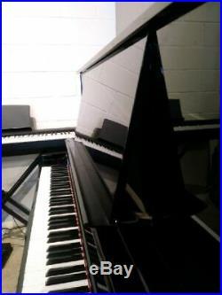 Yamaha UX30BL Upright Piano 51 1/2 Polished Ebony